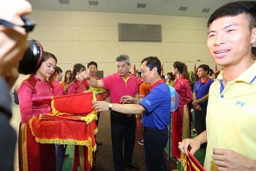 Các đại biểu trao cờ và hoa cho các đơn vị tham dự Đại hội thể thao ngành Dầu khí năm 2017