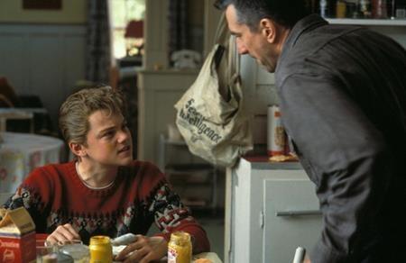 """Leonardo DiCaprio cũng là một sao nhí sớm thành danh tại Hollywood. Hồi năm 1993, Leo đã góp mặt trong bộ phim """"This boys life"""" đóng cặp cùng ngôi sao gạo cội Robert De Niro."""