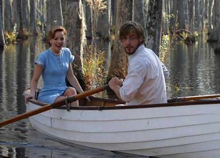 """Cuốn tiểu thuyết """"The notebook"""" của Nicholas Sparks từng làm nhiều con tim độc giả phải thổn thức. Tuy nhiên, phải đợi đến khi tác phẩm này được chuyển thể thành phim với diễn xuất tuyệt vời của cặp đôi Ryan Gosling và Rachel McAdams thì """"The notebook"""" mới thực sự được nâng tầm kiệt tác và trở thành một tác phẩm kinh điển cho mùa Valentine."""