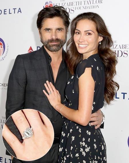 Nam tài tử John Stamos đã không thể giấu nổi niềm sung sướng khi dành tặng bạn gái Caitlin McHugh một chiếc nhẫn đính hôn siêu khủng tại Disneland vào hôm 22/10 vừa qua.