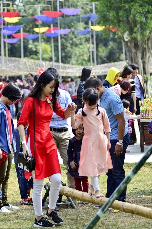 Tại khu đô thị Ecopark nơi đang diễn ra Lễ hội hoa xuân 2017 lớn nhất miền Bắc cũng thu hút khá nhiều người dân đến thăm quan, vui chơi.