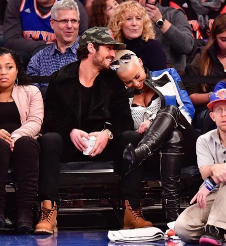 Amber Rose vui vẻ cùng bạn trai Valentin Chmerkovskiy đi xem một trận đấu bóng rổ