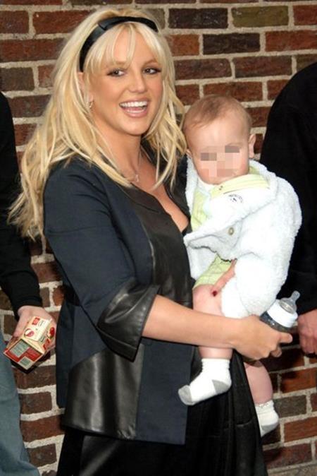 """Làm một """"bà mẹ bỉm sữa"""" quyến rũ và đầy phong cách như Britney Spears là điều mà chị em phụ nữ nào cũng mơ ước"""