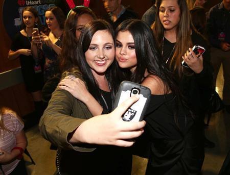 Bạn gái của Justin Bieber lúc nào cũng gắn bó, gần gũi với người hâm mộ