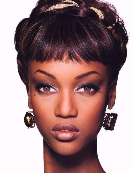 Khởi nghiệp khi mới 15 tuổi, Tyra Banks đã không mất nhiều thời gian để chứng minh tài năng và ngay tại năm đầu tiên tham gia tuần lễ thời trang Paris 1991, siêu mẫu này đã làm nên kỷ lục khi góp mặt trong 25 show diễn thời trang