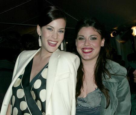 Liv Tyler và cô em gái cùng cha khác mẹ Mia tuy ngoại hình không quá giống nhau nhưng cả hai đều rất xinh đẹp