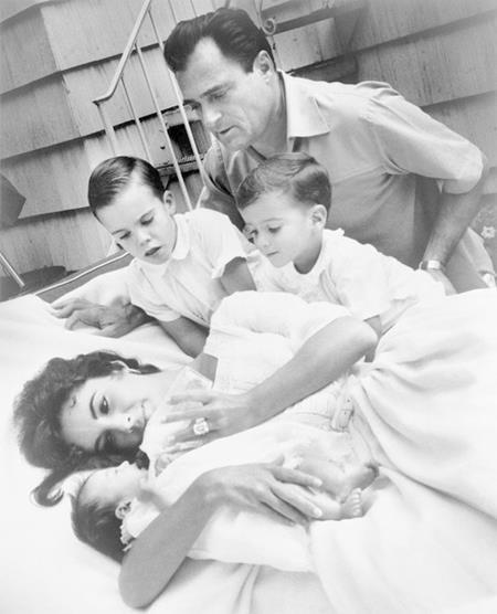 Ngoài việc kết hôn tới 8 lần, huyền thoại điện ảnh Elizabeth Taylor còn khiến công chúng phải ngạc nhiên với việc sinh hạ cậu con trai đầu lòng Michael Wilding Jr. hồi năm 1953, khi ấy nữ diễn viên chỉ mới 21 tuổi