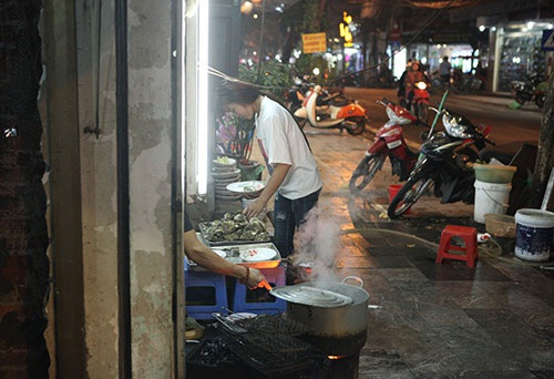 Dọc các tuyến phố cổ trung tâm Hà Nội, cứ vài chục mét lại có một nhà kinh doanh, đun nấu trên vỉa hè nhất là vào buổi tối