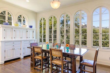 Phòng ăn tối của gia đình lúc nào cũng ngập tràn bầu không khí ấm cúng