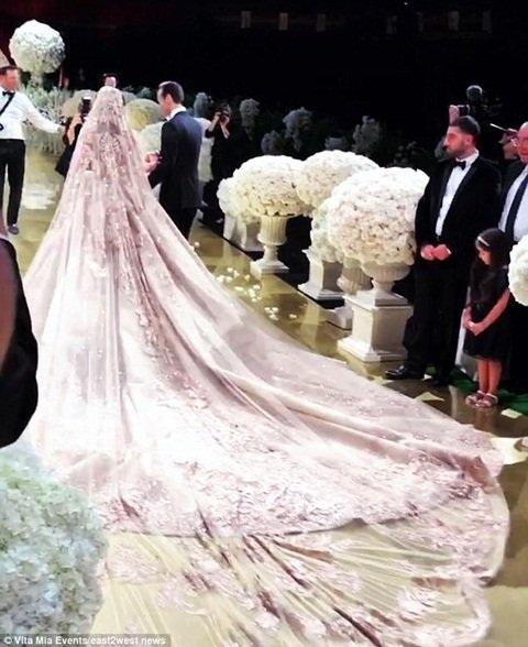 Đám cưới tốn 10 triệu USD (hơn 220 tỷ đồng).