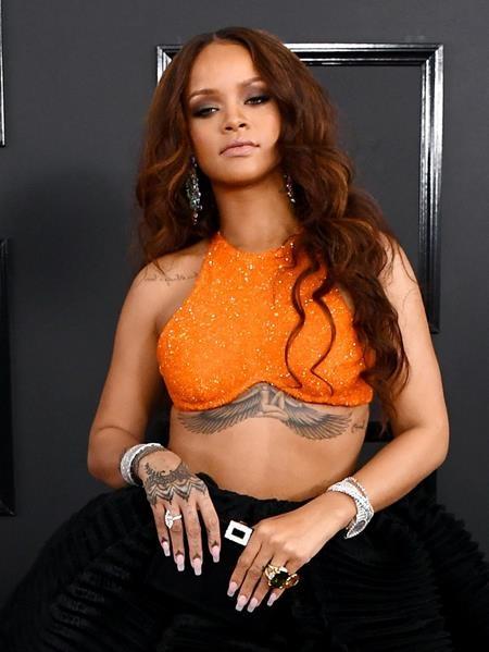 Rihanna đã tưởng nhớ đến người bà quá cố của mình bằng một hình xăm nữ thần Ai Cập ở ngay dưới ngực
