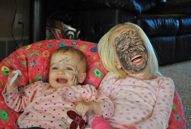 Với khuôn mặt đen kịt như thế này, mẹ không thể nhận ra chúng con là ai nữa đâu!