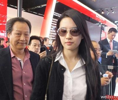 Trần Kim Phi hầu như luôn theo sát các hoạt động của con gái nuôi