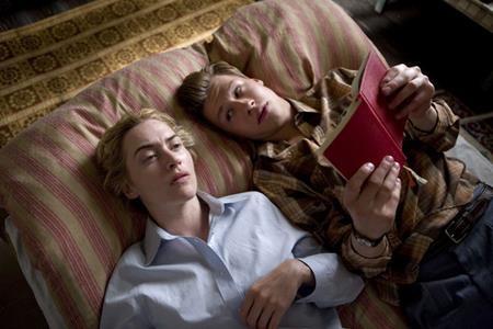 """Trong """"The reader"""" (2008), nữ minh tinh Kate Winslet đã có một mối tình đẹp nhưng đầy bi kịch với """"phi công trẻ"""" David Kross. Bất chấp việc lớn hơn bạn diễn tới 15 tuổi, Kate Winslet vẫn thể hiện rất xuất sắc vai diễn của mình và giành được một tượng vàng Oscar danh giá."""