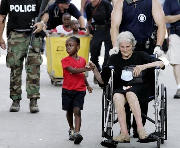 Cô bé 5 tuổi giúp cụ bà 89 tuổi trong quá trình di tản