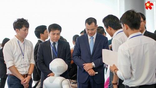 Thứ trưởng Phạm Đại Dương tham quan gian hàng của công ty Sekisho (ảnh: Viết Xuân).