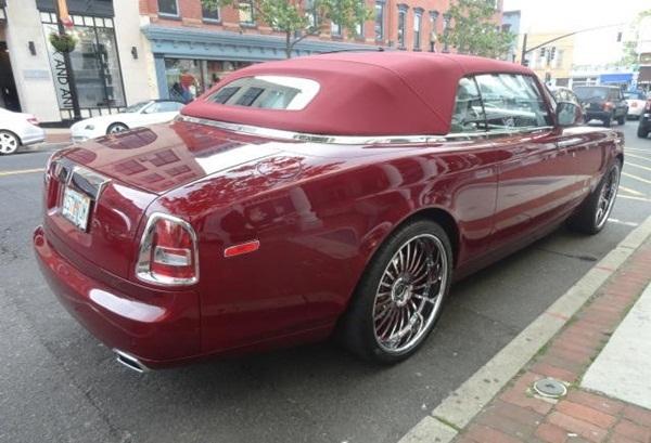 Mặt táp lô của siêu phẩm này được ốp carbon vân đỏ, toàn bộ thân xe được bao phủ bởi sắc đỏ rực tượng trưng cho quyền lực.