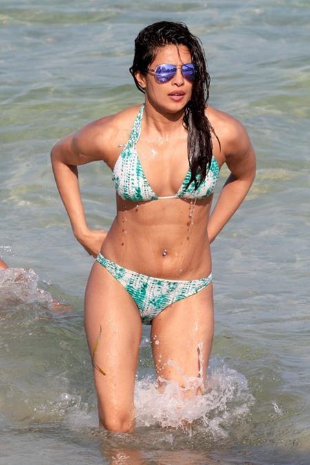 """Bộ bikini trắng, xanh của Priyanka Chopra đã giúp cho nữ diễn viên này """"đốt cháy"""" cả bãi biển Miami Beach"""