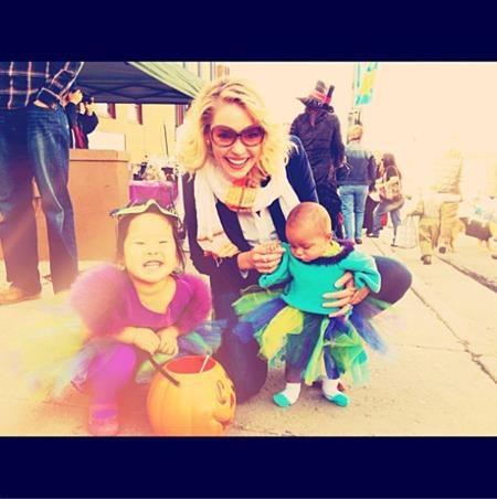 """Ba mẹ con Katherine Heigl đã trông rực rỡ sắc màu như thế này để chuẩn bị """"quậy tung"""" Park City, Utah hồi lễ hội Halloween 2012."""