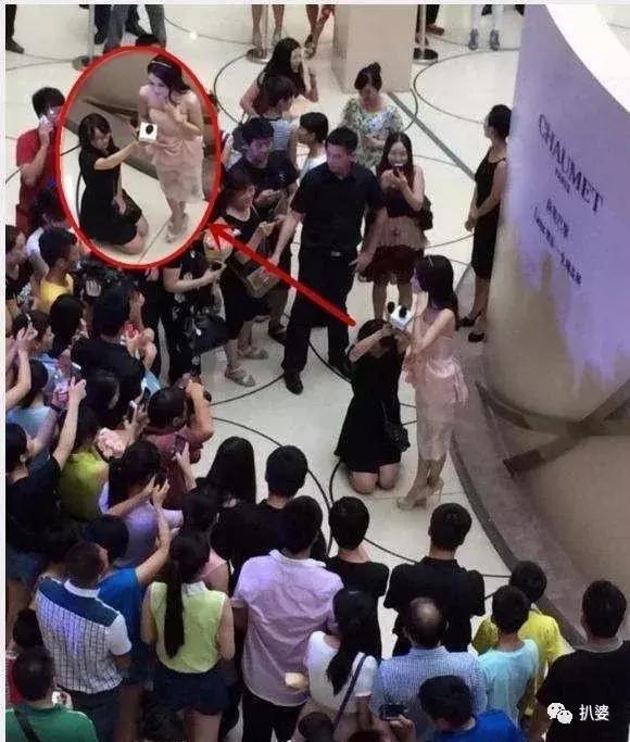 """Tần Lam từng bị """"ném đá"""" vì để trợ lý quỳ xuống cầm mic cho mình"""