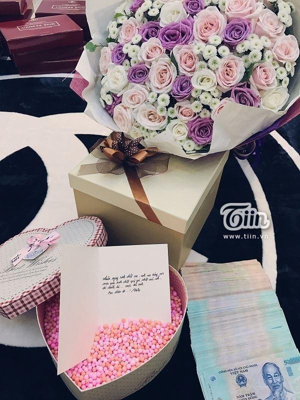 Người chồng tặng vợ món quà là 80 triệu đồng trong chiếc hộp hình trái tim. Ảnh: I.T