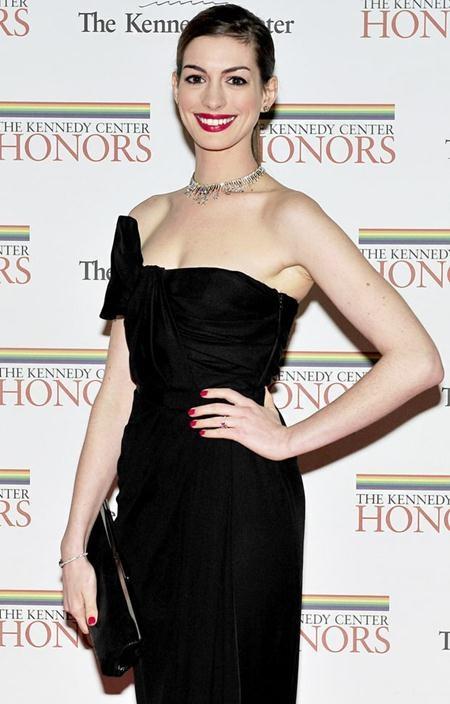 """""""Miêu nữ"""" Anne Hathaway đã hết sức hạnh phúc khi được bạn trai Adam Shulman ngỏ lời cầu hôn cùng một chiếc nhẫn kim cương 6 carat"""