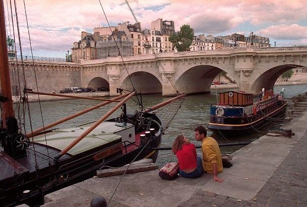 Lãng mạn những bức ảnh về nụ hôn dọc bờ sôngSeine - 12