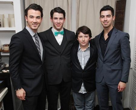 Chắc chắn các fan hâm mộ đều đã từng nghe đến nhóm nhạc Jonas Brothers với thành viên chính là anh em trai nhà Jonas, từ ông anh cả Kevin cho tới các người em Joe, Nick và Frankie Jonas, tất cả đều được thừa hưởng một ngoại hình long lanh cùng tài năng nghệ thuật thiên phú
