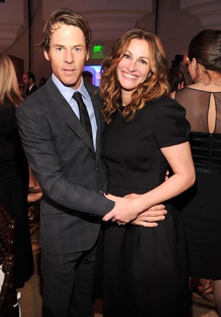 """""""Người đàn bà đẹp"""" Julia Roberts đã khiến cả bạn bè và người thân phải bất ngờ khi tổ chức hôn lễ với Danny Moder hồi năm 2002"""