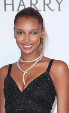 Thiên thần nội y Jasmine Tookes đã đeo một sợi dây chuyền kim cương Bulgari vô cùng ấn tượng khi xuất hiện tại Liên hoan phim Cannes