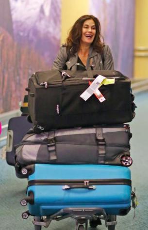 Đi du lịch là phải hành trang đầy đủ như Teri Hatcher
