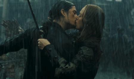 """Trong bom tấn """"Pirates of the Caribbean: At worlds end"""" hồi năm 2007, Orlando Bloom cùng Keira Knightley đã thề nguyện gắn bó ngay giữa chiến trường ngổn ngang và dĩ nhiên, ngay sau đó đôi tình nhân màn ảnh này cũng đã trao nhau một nụ hôn nồng cháy"""