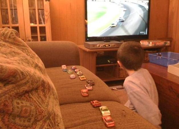 Cậu bé xếp xe dựa vào vị trí trong cuộc đua Nascar