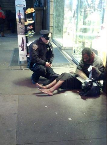 Một cảnh sát tặng giày mới cho người đàn ông vô gia cứ