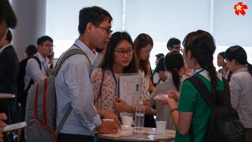 Các đại biểu tham dự trao đổi trong giờ giải lao (ảnh: Viết Xuân).