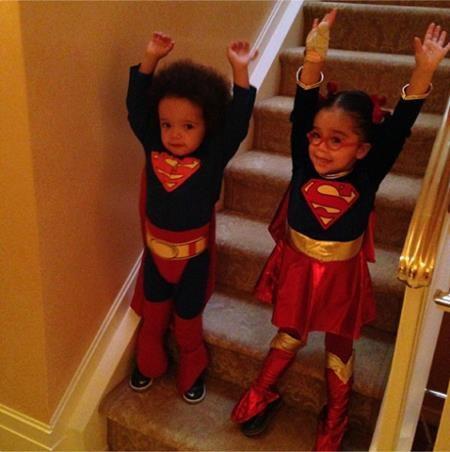 """Cặp sinh đôi Moroccan và Monroe của hai bố mẹ Nick Cannon và Mariah Carey đã cùng hoá thành Siêu Nhân để mang tới """"Một ngày lễ Halloween siêu hạnh phúc!!!""""."""