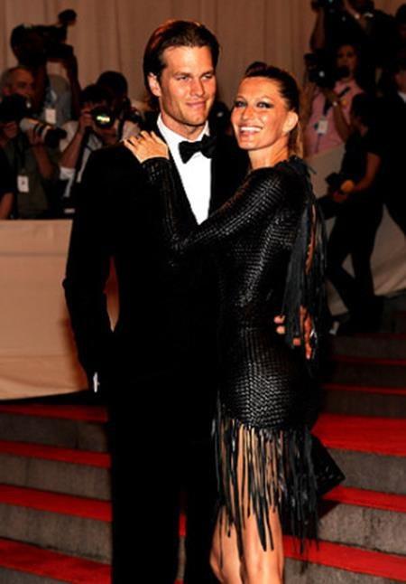 """Gisele Bundchen và Tom Brady cũng là một cặp đôi """"vàng"""" được vô số người ngưỡng mộ. Từ một siêu mẫu đắt giá hàng đầu hành tinh, Gisele Bundchen đã lui về làm vợ, làm mẹ và trở thành cổ động viên trung thành nhất, luôn dõi theo từng trận đấu của ông xã."""