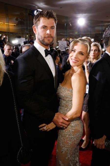 """""""Thần Sấm"""" Chris Hemsworth và bà xã Elsa Pataky dĩ nhiên cũng được xướng tên trong danh sách những """"cặp đôi hoàn hảo"""" tham dự lễ trao giải Quả cầu vàng năm nay"""