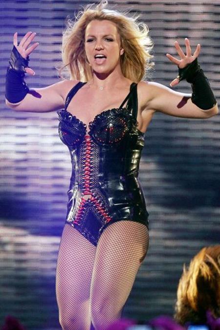 """Vào thời điểm cho ra mắt album """"Femme Fatale"""", Britney Spears đã có một màn trình diễn bốc lửa trong chương trình """"Good morning America"""""""