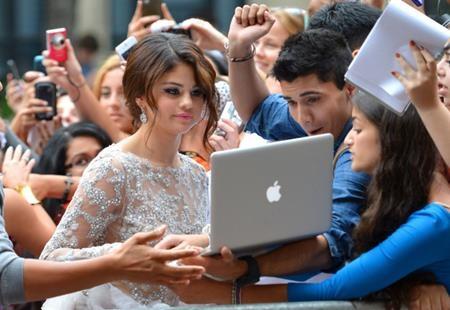 """Và cuối cùng, Selena Gomez không chỉ """"tự sướng"""" bằng điện thoại di động, nữ ca sĩ còn sẵn sàng dùng tới camera của máy tính xách tay để có được bức hình hoàn hảo nhất"""