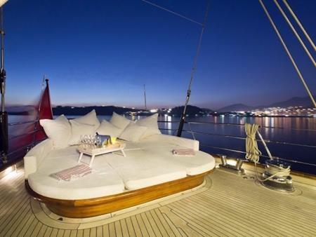 Các du khách có thể thưởng ngoạn quang cảnh biển đêm đẹp long lanh và đầy thoáng đãng