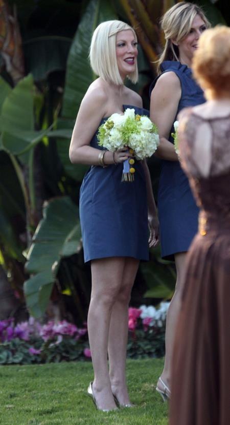 Tori Spelling vô cùng háo hức và vui vẻ khi được cầm hoa cưới trong hôn lễ bạn thân hồi năm 2011
