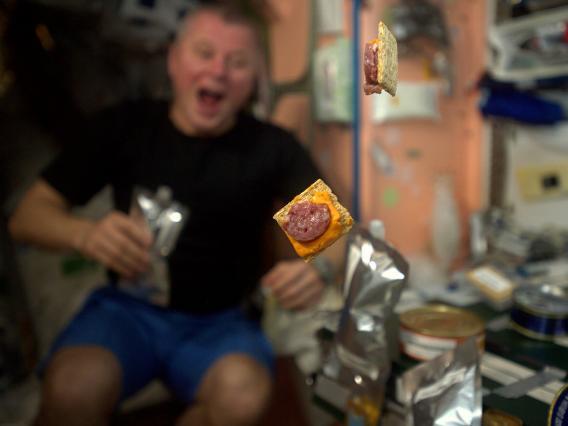 Những bức ảnh ngộ nghĩnh về cuộc sống của các phi hành gia trong không gian - 13