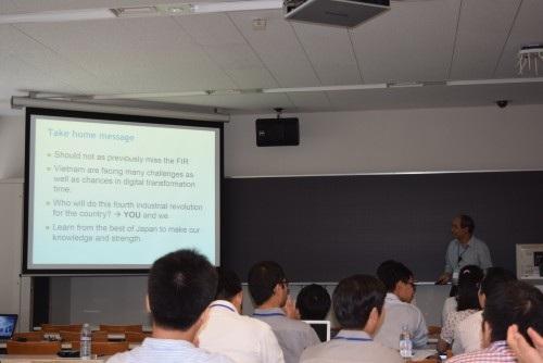 GS. Hồ Tú Bảo trình bày tại Hội nghị (ảnh: Quang Đức).