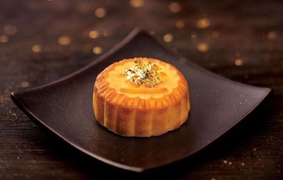 Bánh trung thu dát vàng xách tay Hồng Kông với lớp vàng phủ bên trên