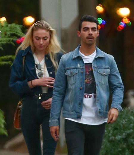 """Tháng 11/2016, Joe Jonas đã bị """"bắt quả tang"""" hẹn hò cùng cô bạn gái xinh đẹp Sophie Turner tại MTV Europe Music Awards, Rotterdam, Hà Lan. Và sự kết hợp giữa thành viên nhóm DNCE với ngôi sao của bom tấn truyền hình """"Trò chơi vương quyền"""" đã nhanh chóng nhận được sự ủng hộ từ người hâm mộ."""