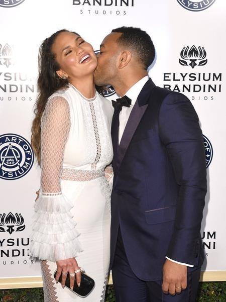 """John Legend và Chrissy Teigen chính là cặp sao khiến các fan phải """"phát hờn"""" ghen tị nhiều nhất vì mức độ tình cảm """"siêu"""" ngọt ngào của cả hai"""