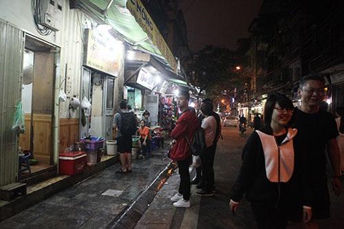 Người đi bộ phải đi xuống lòng đường trên phố Đinh Liệt bởi vài hộ kinh doanh, bày biện bếp, xoong nồi, chiếm dụng vỉa hè