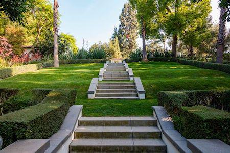 Khu vườn rộng rãi được thiết kế đẹp long lanh với thảm cỏ và bậc thềm trang nhã