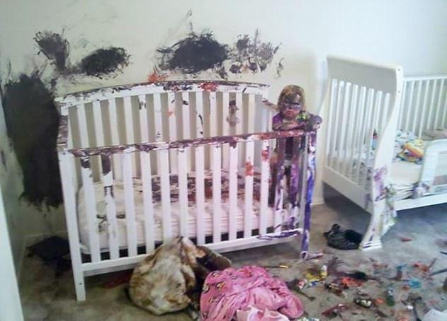 Sau khi đưa cho trẻ màu vẽ, cha mẹ đã không thể nhận ra căn phòng và đứa con thân yêu
